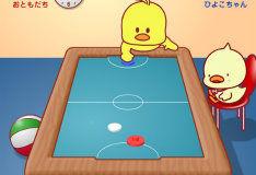 Маленькая уточка играет в хоккей