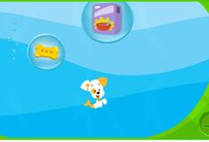 Щенок играет с мыльными пузырьками
