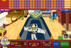 Игрушки играют в боулинг