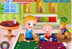 Малышка Хейзел веселится на кухне