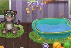 Кот Том принимает ванну