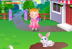 Малышка Хейзел ухаживает за кроликом