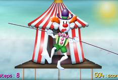 Клоун Билли балансирует на канате