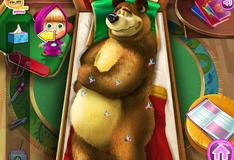 Маша  лечит медведя