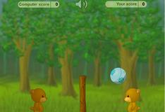 Игра на двоих: Медведи играют в мяч