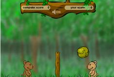 Мишки играют в мяч