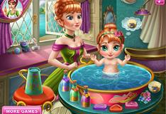 Анна купает свою дочку